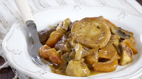 Κρασάτο χοιρινό φιλέτο με ξερά σύκα και βερίκοκα