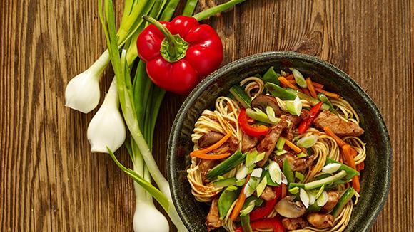 Χοιρινό με τζίντζερ και λαχανικά
