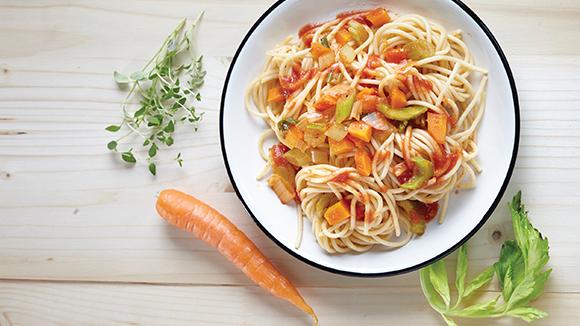 Μακαρονάδα με μεσογειακή κόκκινη σάλτσα