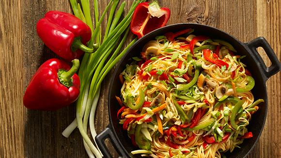 Νουντλς και λαχανικά σε γλυκόξινη σάλτσα