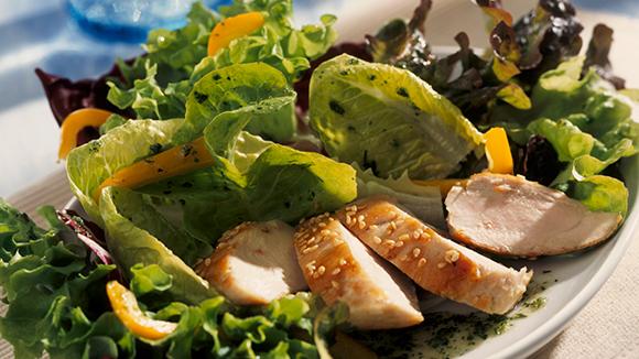 Σαλάτα κοτόπουλου σε φέτες κολοκύθας