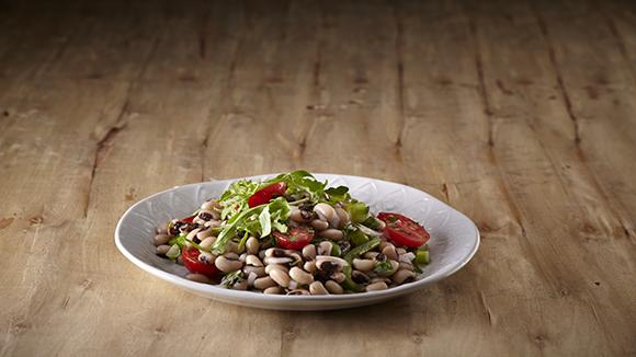 Σαλάτα με φασόλια μαυρομάτικα, λαχανικά και φρέσκα μυρωδικά