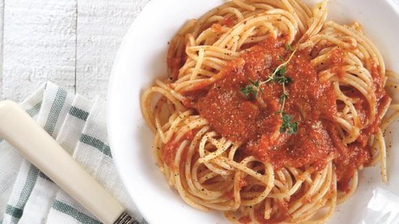 Σπαγγέτι με εύκολη σάλτσα ντομάτας & φρέσκο βασιλικό