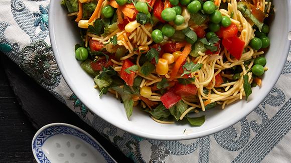 Σαλάτα με noodles και γλυκόξινη σάλτσα