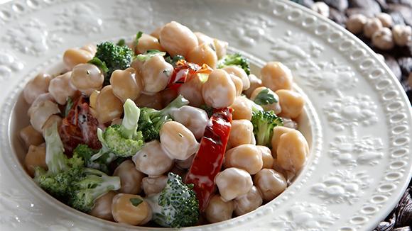 Σαλάτα με ρεβίθια και μπρόκολο