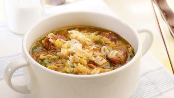 Σούπα βοδινού με λαχανικά και λουκάνικο