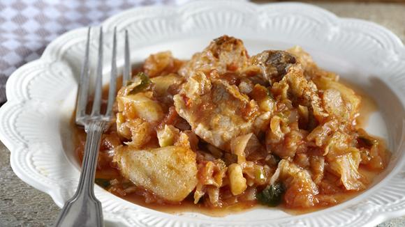 Χοιρινό κοκκινιστό με λάχανο