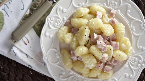 Ζεστή σαλάτα με νιόκι και μυρωδικά