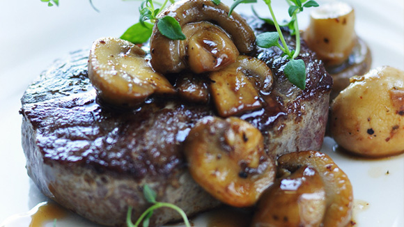 Grilled Fillet Steak with Mushrooms and Leek Stew