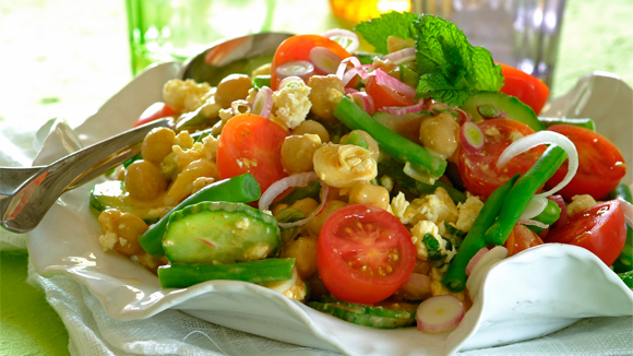 Spicy mint and feta chickpea salad