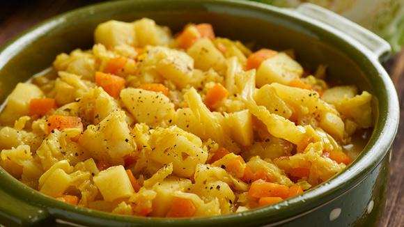 Col con patatas y zanahorias