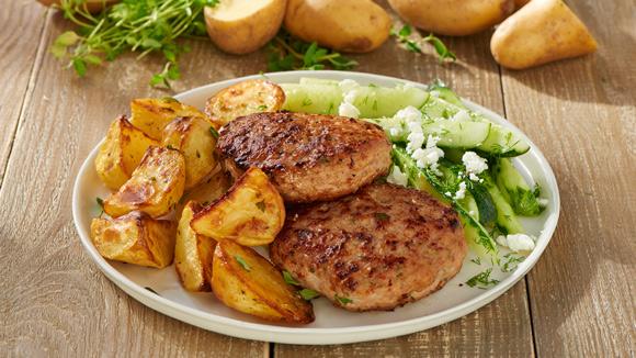 Jugosa hamburguesa con patatas asadas en el horno
