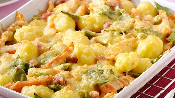 Gratin de légumes mélangés, carottes, haricots verts, petites pommes de terre