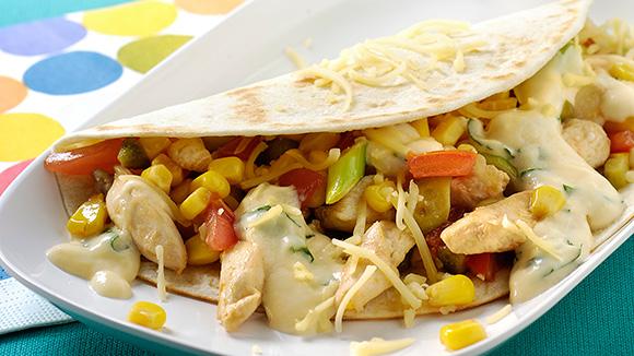 Wraps de maïs aux jeunes oignons, tomate, poulet et sauce au fromage