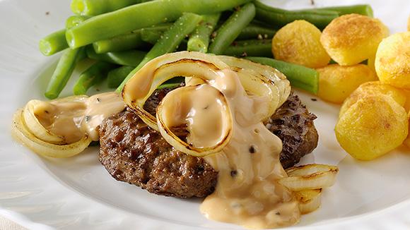 Beefburgers grillés, rondelles d'oignons et sauce au poivre