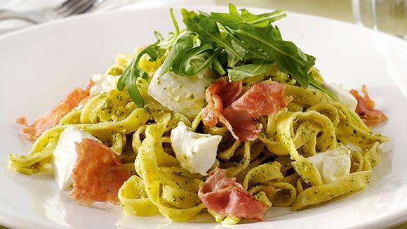 Salade de pâtes à la pancetta, mozzarella et pesto de roquette et de tomates