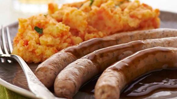 Saucisses avec purée de carottes et jus de viande