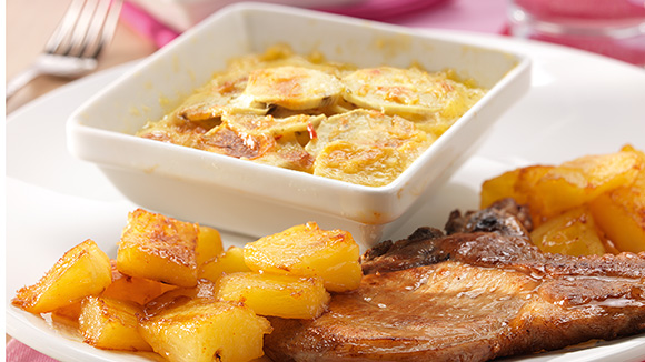 Côtes de porc avec gratin de pommes de terre douces et ananas poêlé