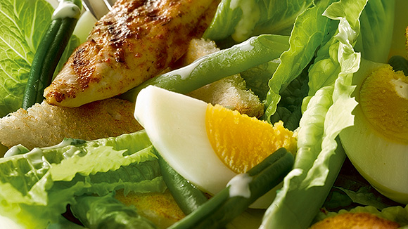 Salade c sar au poulet grill haricots verts et cro tons - Recette salade cesar au poulet grille ...