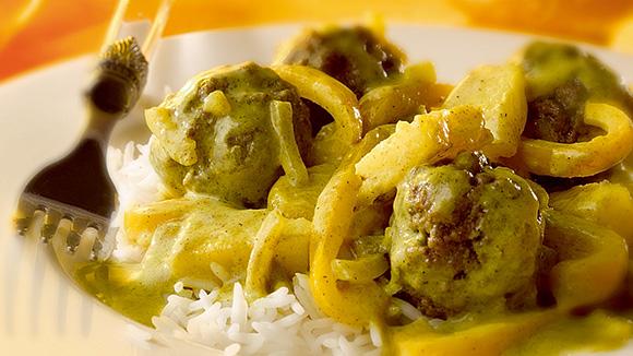 Boulettes de viande, sauce crème de curry, poivrons jaunes et ananas