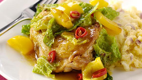 Potée de chou vert épicée au poivron, pilons de poulet et purée aux oignons