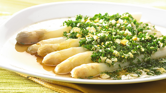 Asperges belges au bouillon de légumes, oeufs mimosa