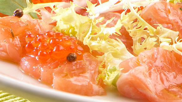 Carpaccio de saumon avec un dressing aux fines herbes