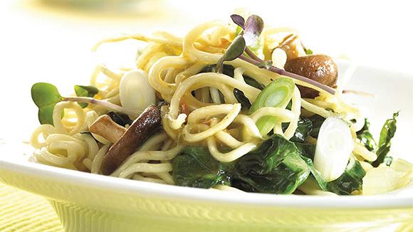Légumes sautés au wok aux nouilles et bouillon de légumes