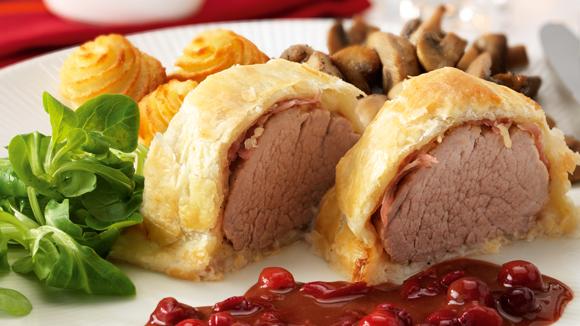 Filet mignon de porc en croûte avec sauce au vin rouge et pommes duchesses