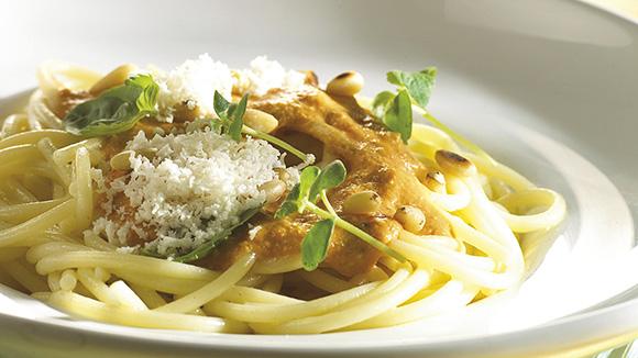 Spaghettis à la sauce aux légumes italiens, aux pignons de pin et au basilic