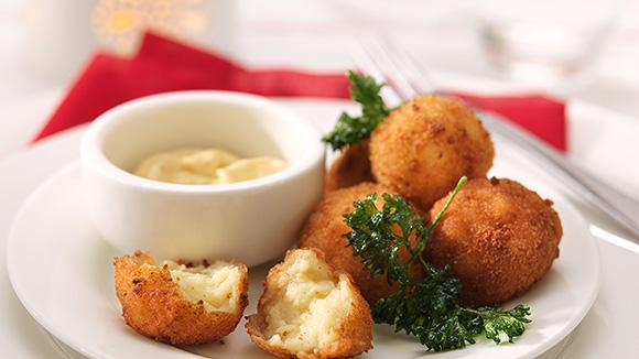 Petites croquettes rondes au fromage et persil frit
