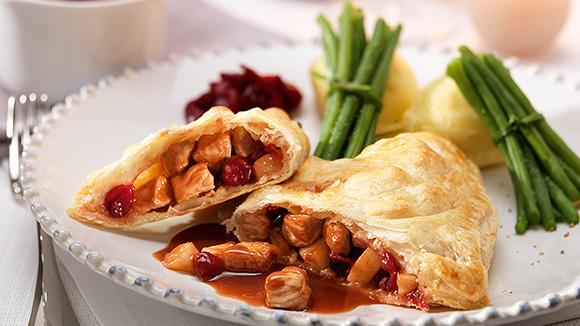 Feuilletés de dinde de Noël aux pommes et aux airelles, sauce au vin rouge