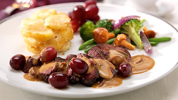 Filet de poitrine de canard sauvage aux raisins chauds et sauce chasseur