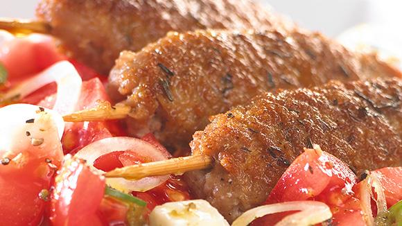 Brochettes d'agneau et salade à la grecque