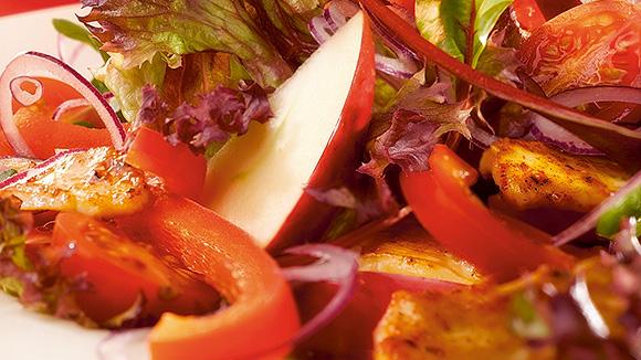 Salade rouge au poulet épicé, poivrons, tomates cerise et pommes