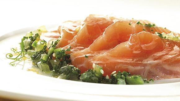 Saumon mariné au concombre et à la ciboulette