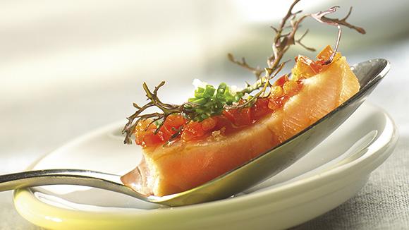 Saumon mariné aux poivrons et à la ciboulette