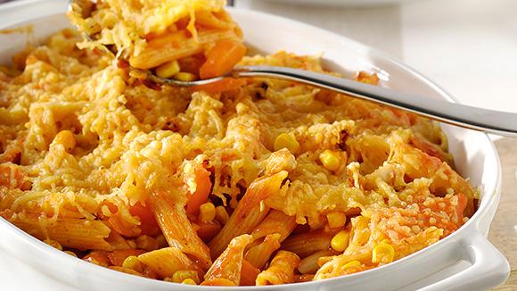 Ovenpasta met kip, worteltjes en maïs