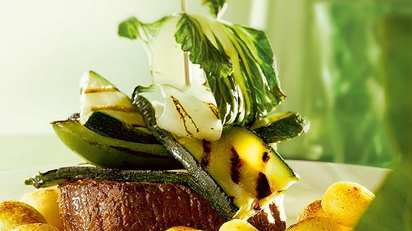 Torentje van gegrilde groene groenten met biefstuk van de grill