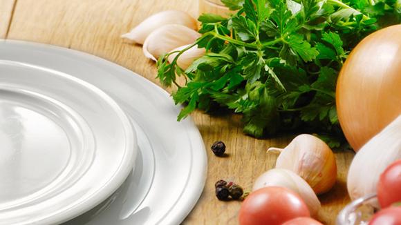 Aspergecrème met witte en groene asperges en mini-croques