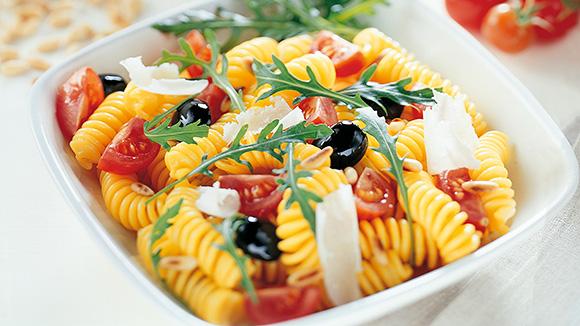 Pastasalade met tomaatjes en rucola