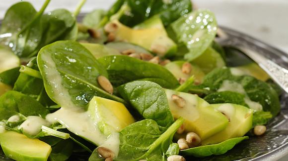 Salade van spinazie en avocado met vinaigrette van knoflook en mosterd