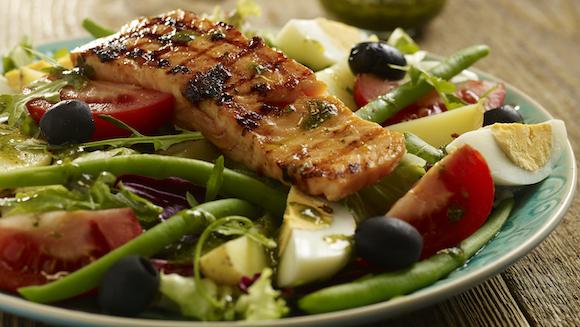 Salade Niçoise met gegrilde zalm