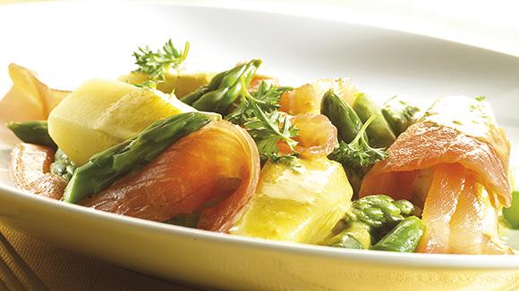Roergebakken asperges met gerookte zalm en citroen