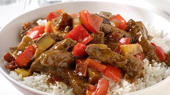 Gewokte rundvleesreepjes met ratatouille en rijst