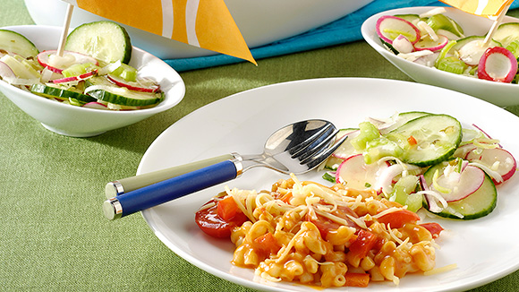 Rode groenten-macaroniboot met kip en rauwkostsalade