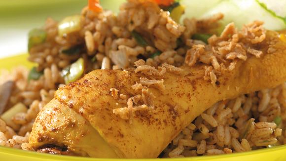Geurige nasi met knapperige kip