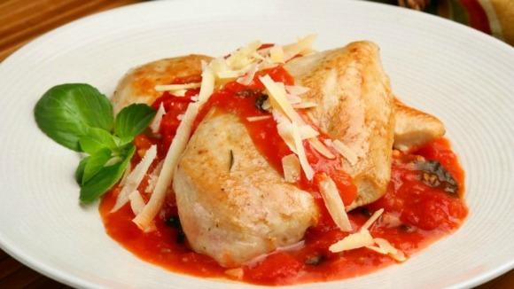 Filé de frango grelhado com molho rústico de tomate