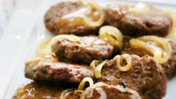Mini-hambúrguer com molho de cebola e vinho
