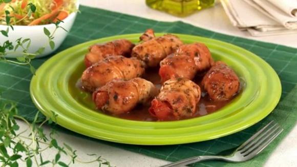 Rolê de frango com tomate e muçarela